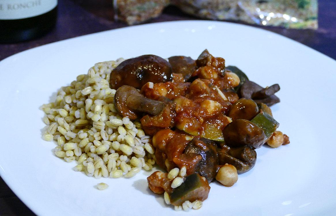 Gulasz warzywno-grzybowy z kaszą