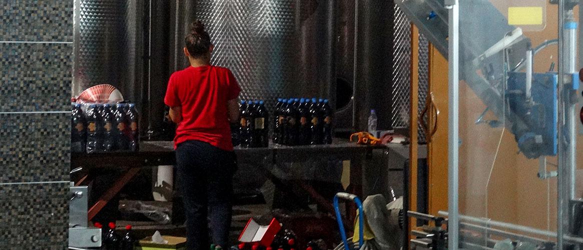Wiele wina pakuje sie w plastik a sporo prac, jak choćby etykietowanie wykonuje sie ręcznie